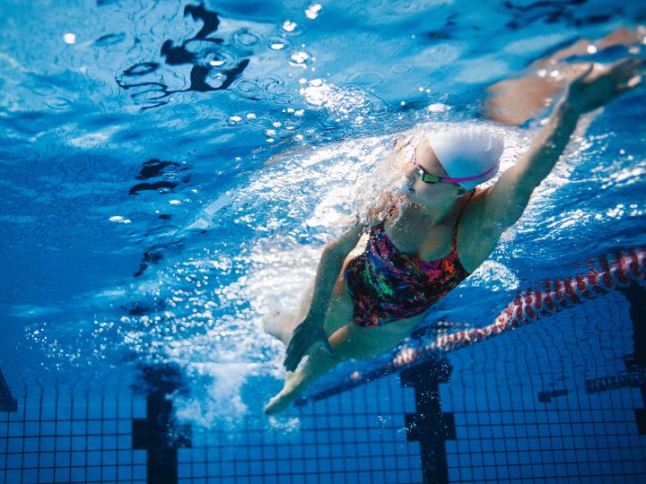 Imagen ilustrativa: mujer nadando en una alberca
