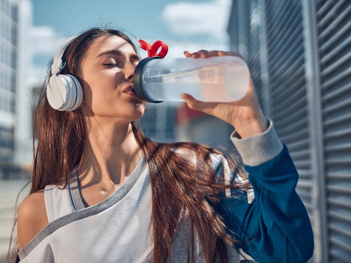 Imagen ilustrativa: mujer bebiendo agua.