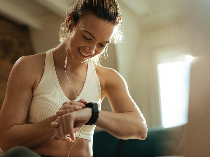 Imagen ilustrativa: mujer viendo su smartwatch