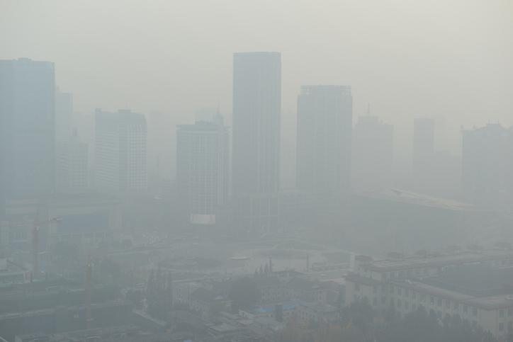 Una ciudad apenas puede verse ligeramente a través del humo y la nata (crema de leche) espesa.