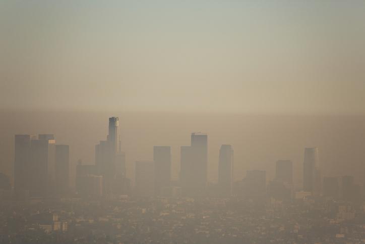 Cielo de la ciudad cubierto por una bruma espesa de aire contaminante.