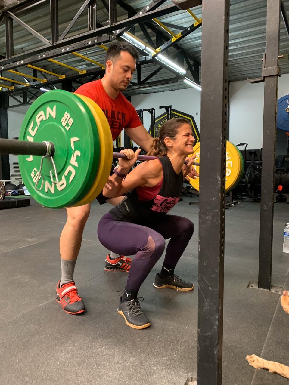 Mujer haciendo una pesa