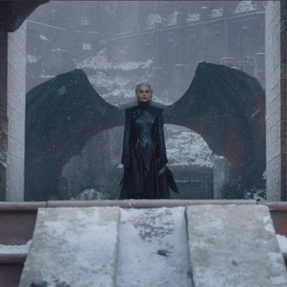 daenerys targaryen en una toma del episodio final game of thrones