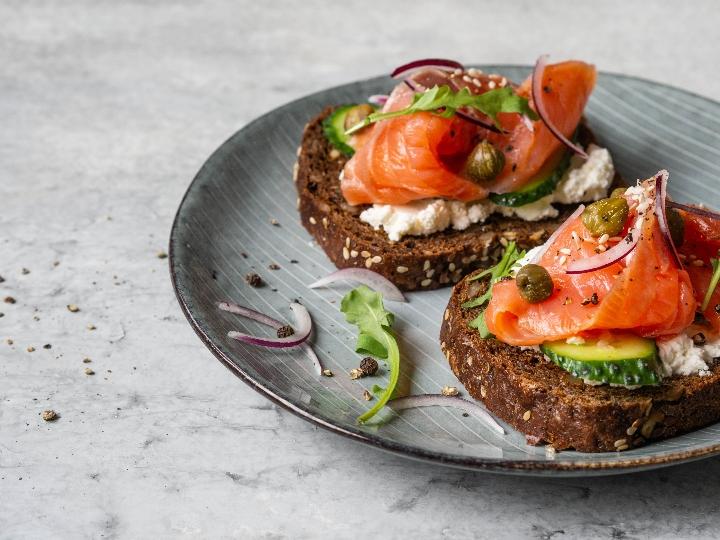 Tostadas de salmón con queso cottage