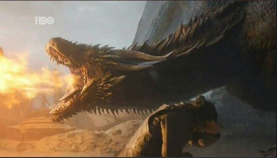 drogon lanzando fuego en el episodio final de game of thrones