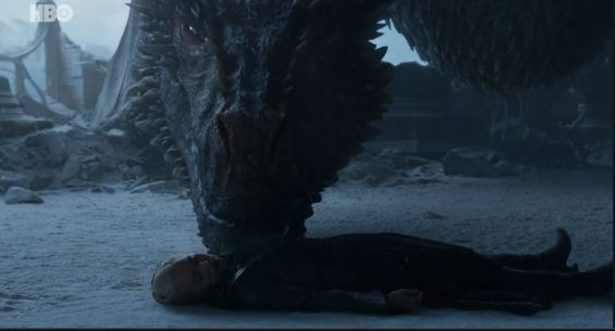 drogon intenta despertar a daenerys en el capítulo final de game of thrones