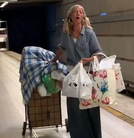 mujer-indigente-canta-en-el-metro-de-los-angeles