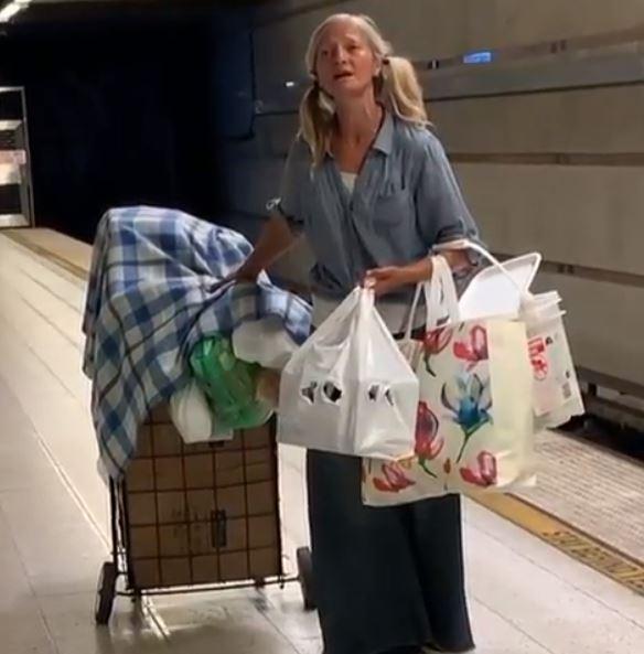 mujer indigente canta en el metro de los angeles