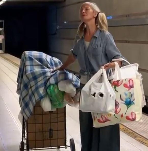 mujer indigente cantando en el metro de los angeles