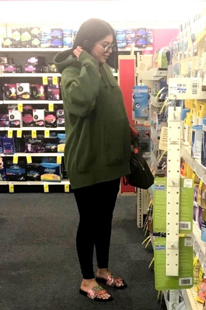 Resultado de imagen para kylie jenner embarazada en farmacia