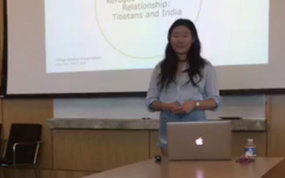 Se desnuda durante presentación de su tesis contra sexismo de profesora