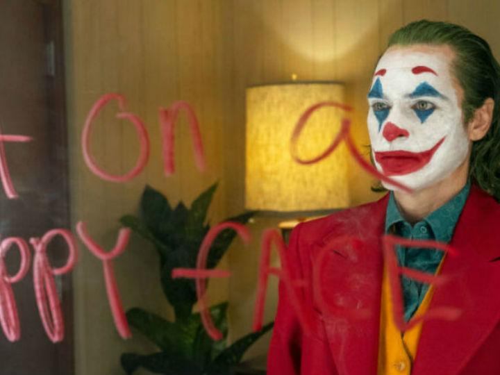 Joker mirándose al espejo