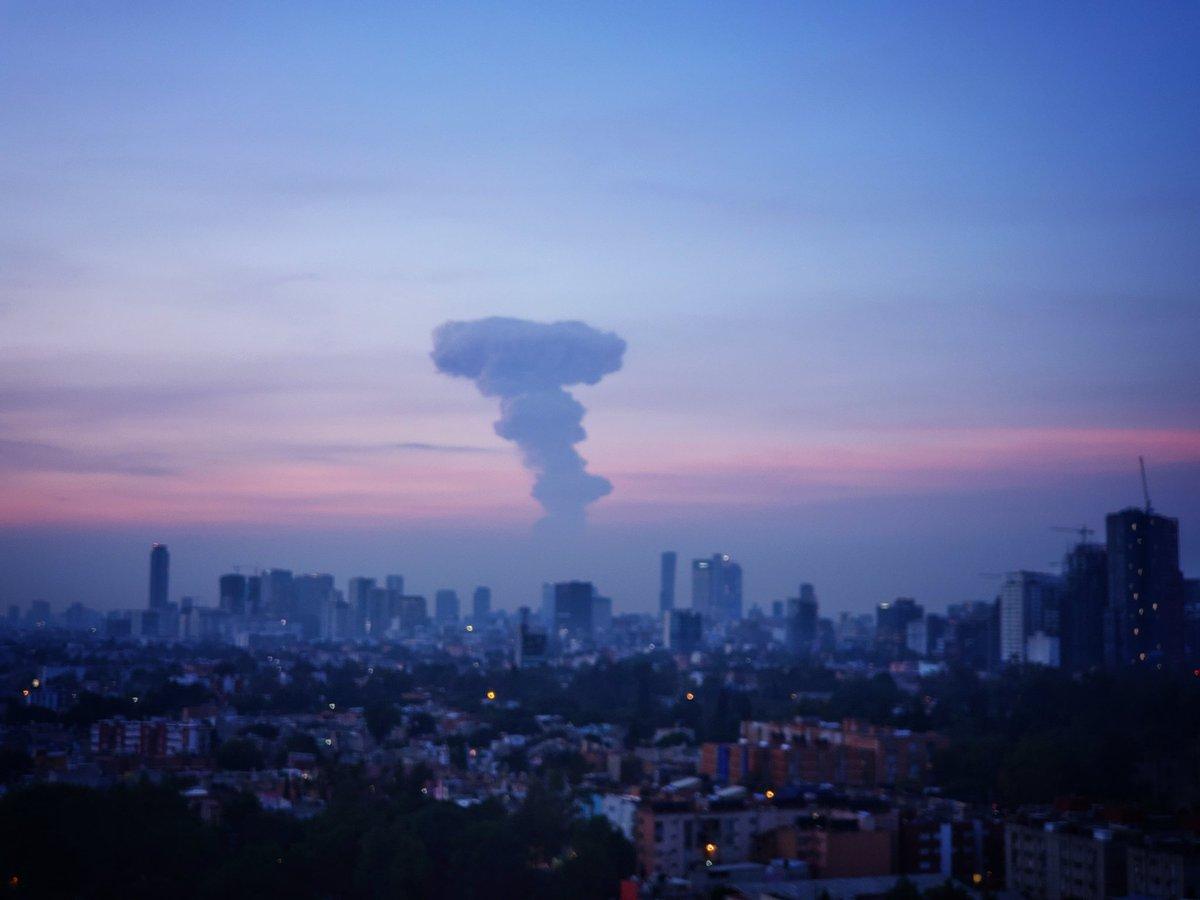 Foto de la Ciudad de México desde donde puede apreciarse la explosión del Popocatépetl