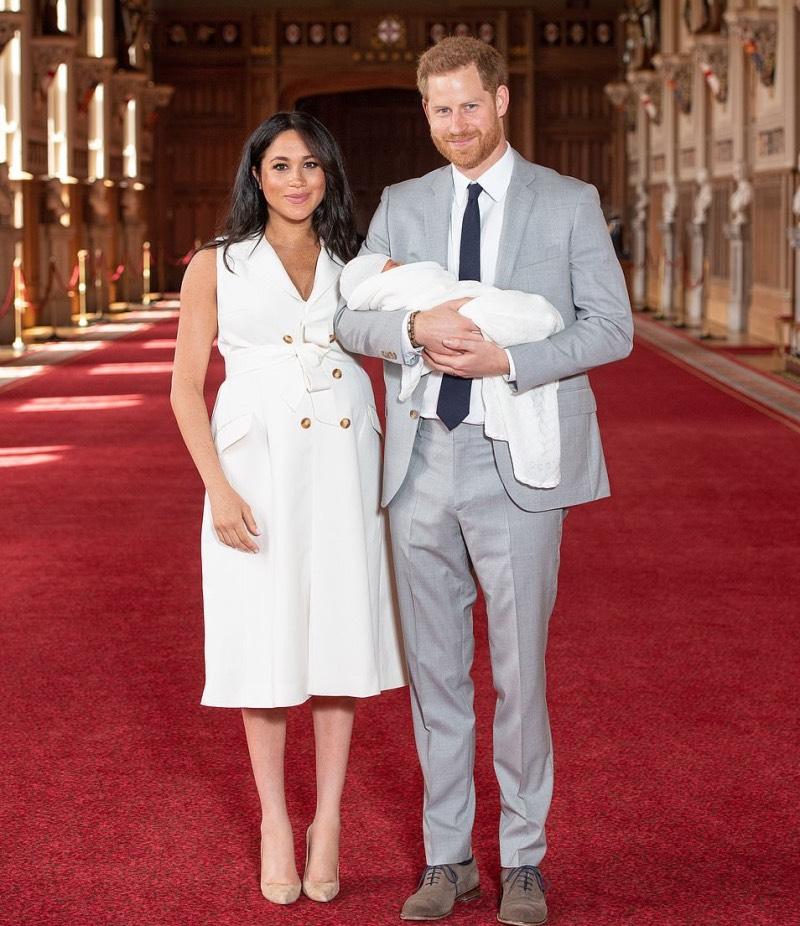 Meghan Markle y el príncipe William se abrazan sobre una alfombra roja en el castillo de Windsor.