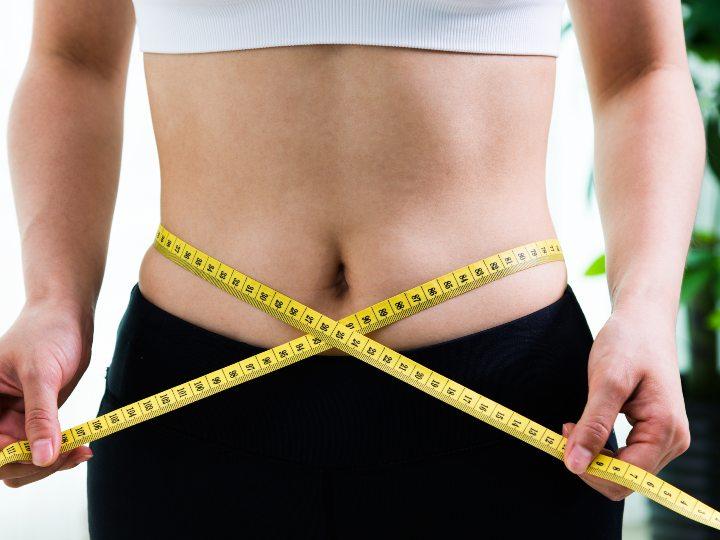 Mujer con una cinta métrica alrededor de su cintura
