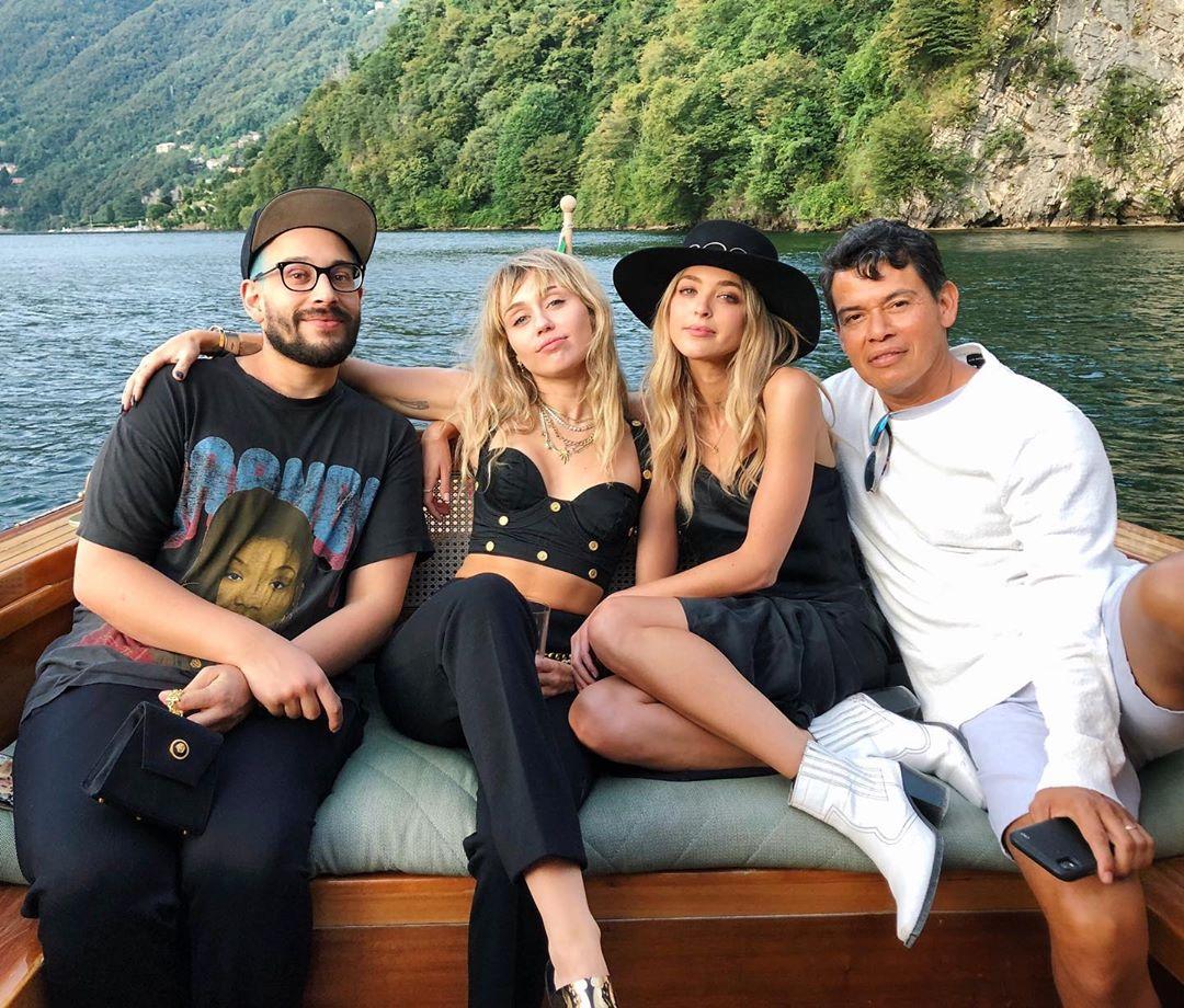 Foto de Miley Cyrus y Kaitlynn Carter al lado de sus amigos durante su viaje de verano.