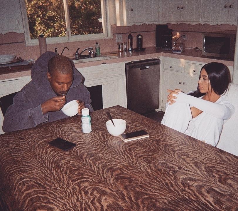 La socialité Kim Kardashian y su esposo Kanye West desayunando