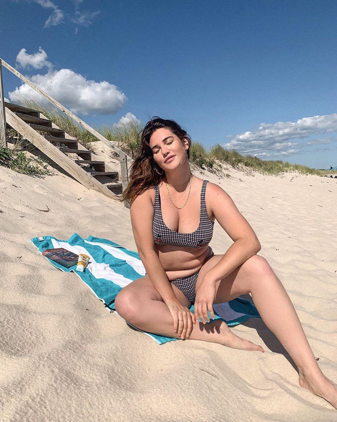 Modelo de tallas extra posando en la playa