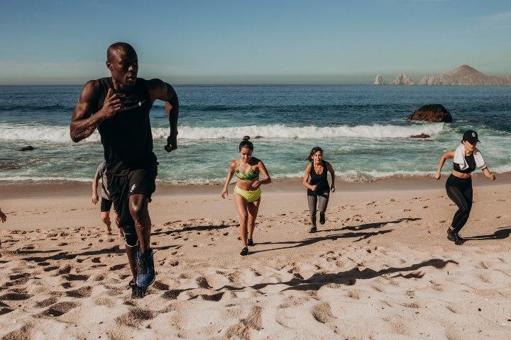 Clase de entrenamiento funcional en la playa