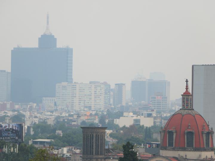 La Ciudad de México cubierta por una bruma de humo y gases contaminantes.