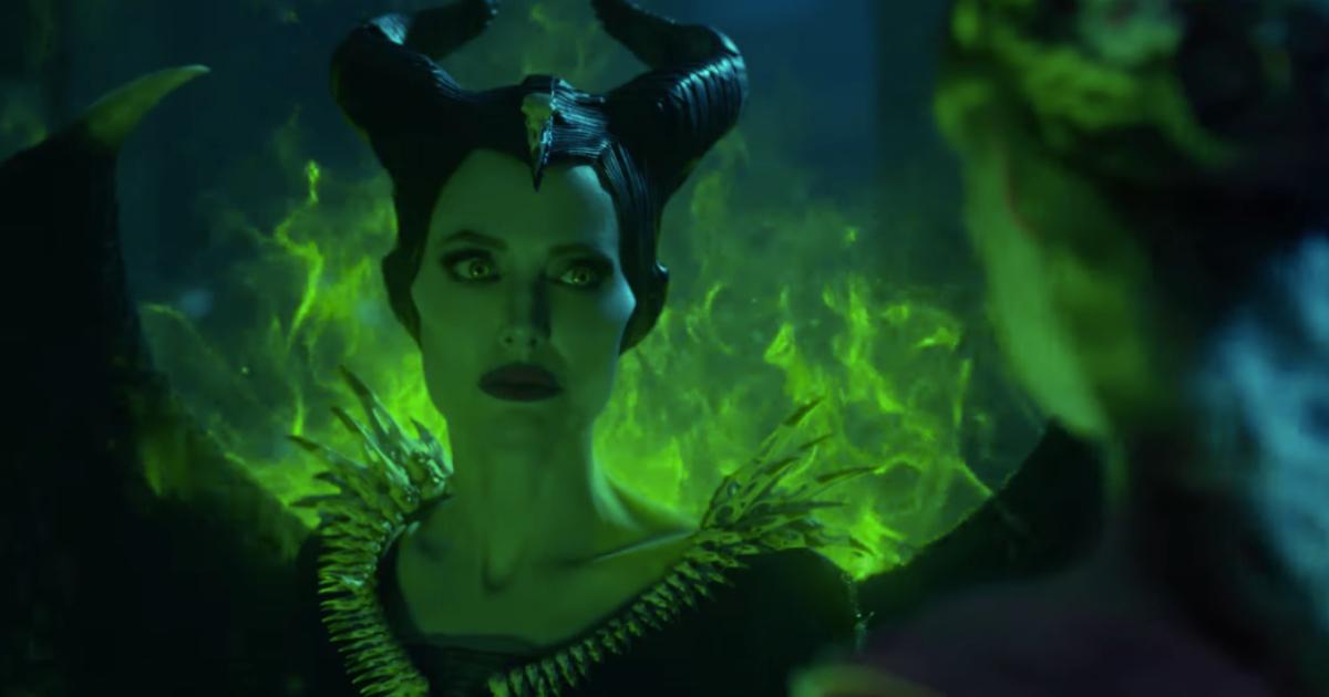 Maléfica (Angelina Jolie) ve profundamente a Aurora (Elle Fanning) mientras ambas son iluminadas por una tenebrosa luz color verde.