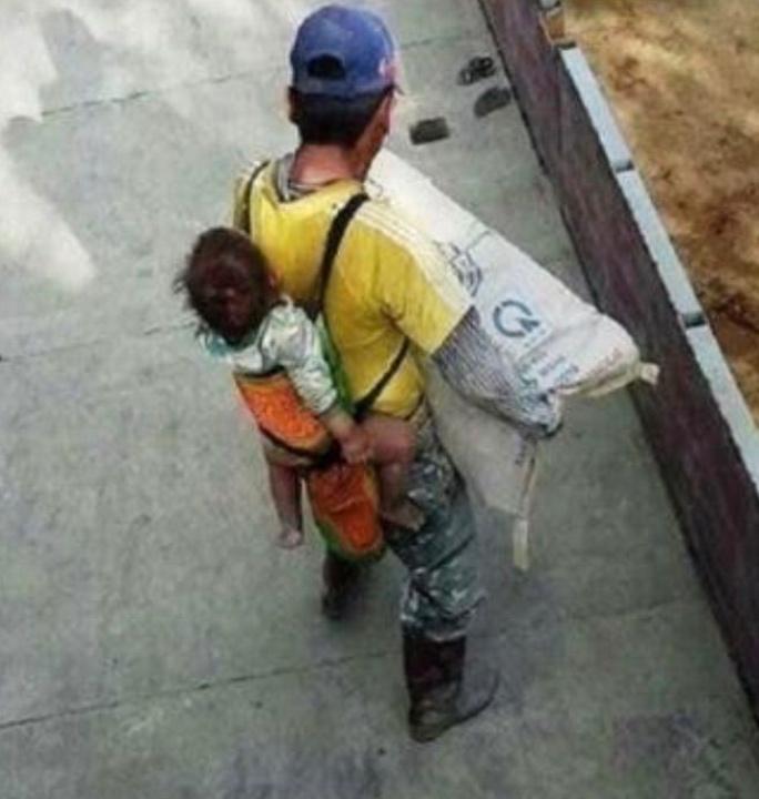 Albañil carga a su hijo para no dejarlo solo mientras trabaja