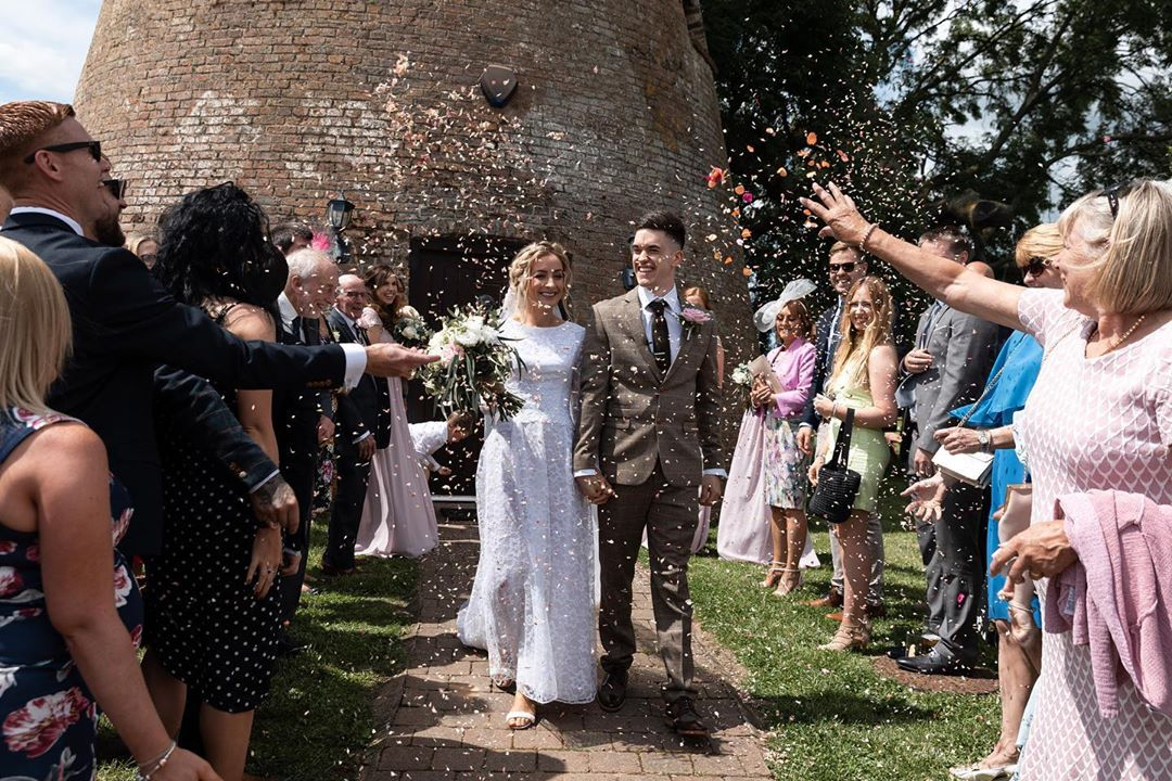 Cat Wilkinson y su esposo el día de su boda
