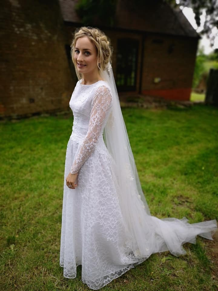 Cat Wilkinson el día de su boda, luciendo su hermoso vestido.