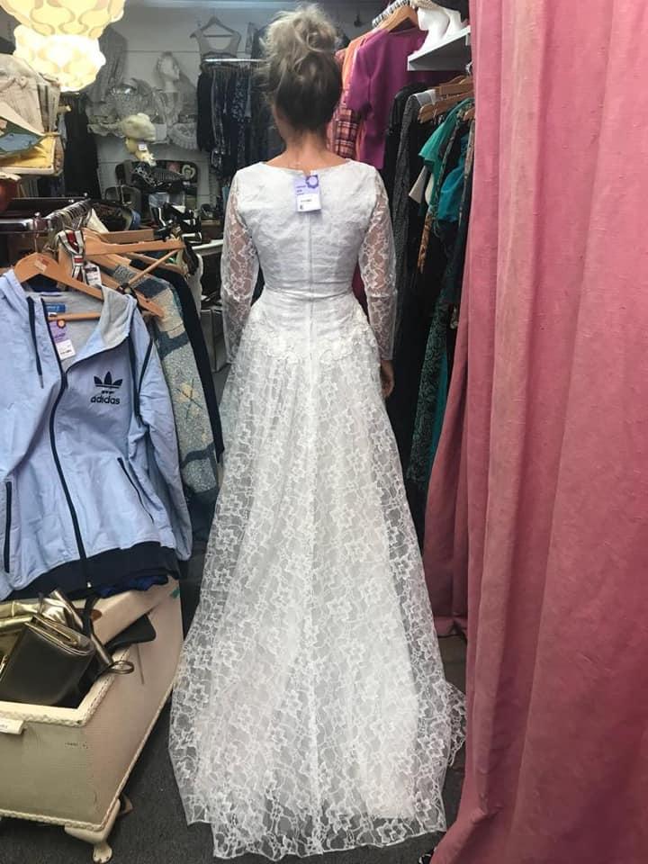 Cat Wilkinson se prueba su vestido de boda en el bazar de segunda mano.