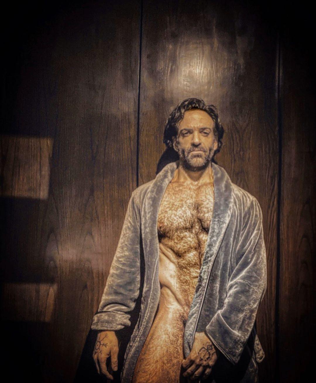 Foto de Pablo Perroni en bata de baño.