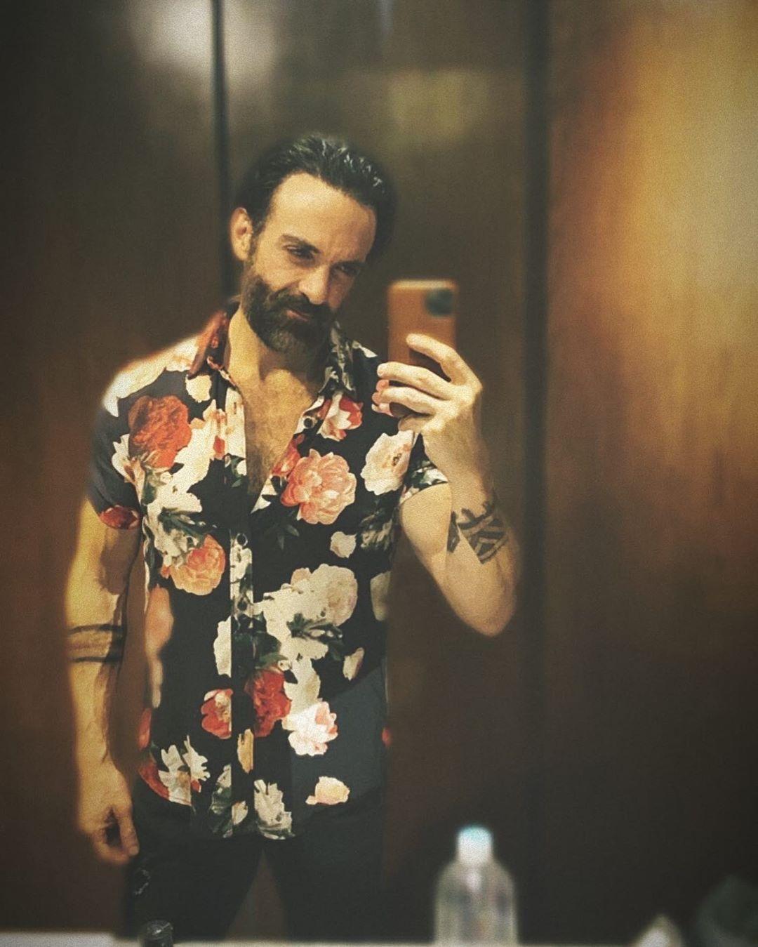 Selfie de Pablo Perroni con camisa de flores.