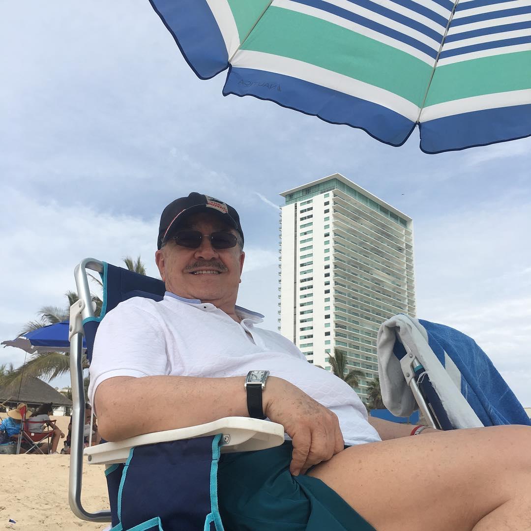 Foto de Pedrito Sola en la playa.