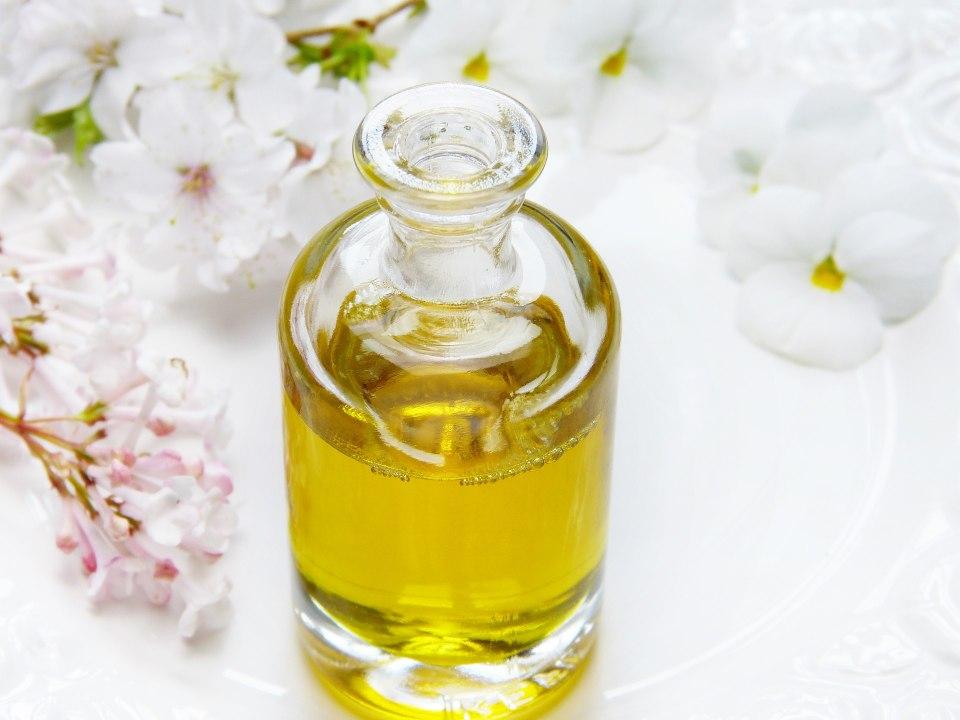 Foto de una botella con aceite esencial