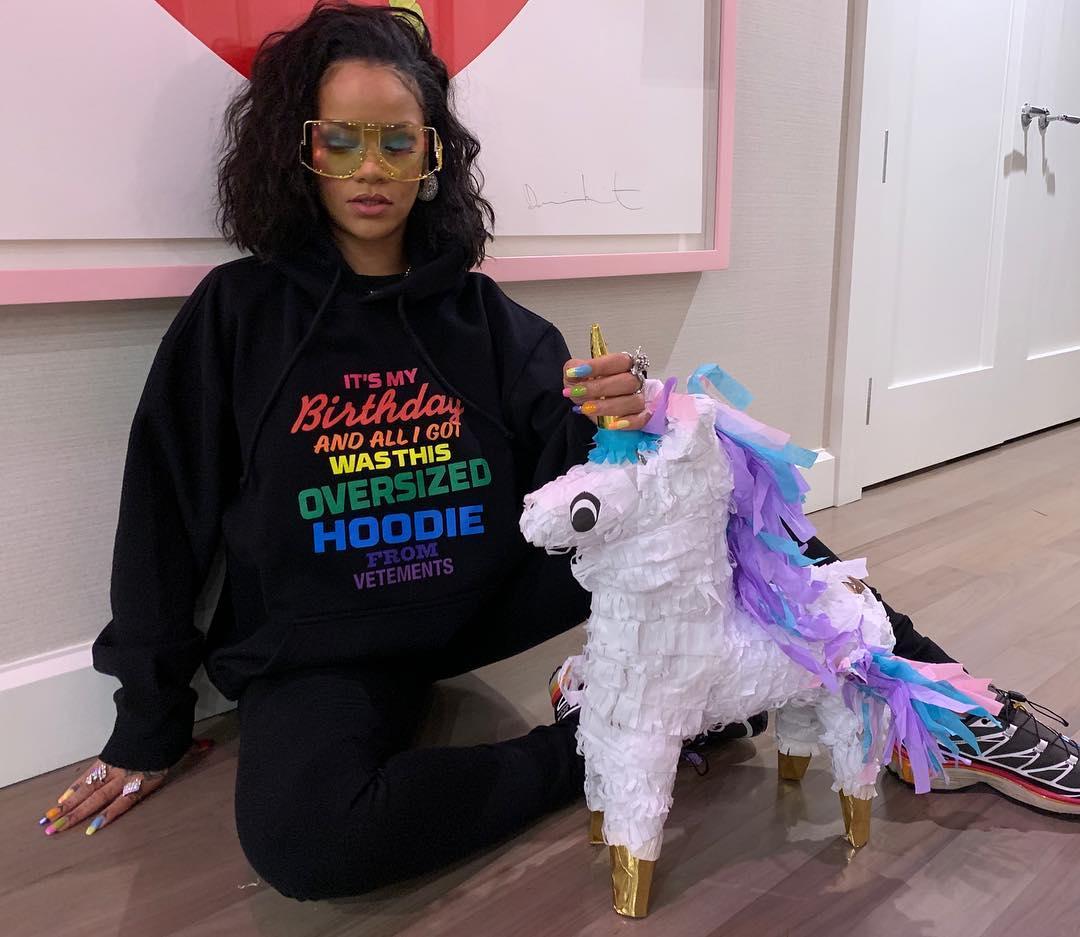 La cantante Rihanna con una piñata