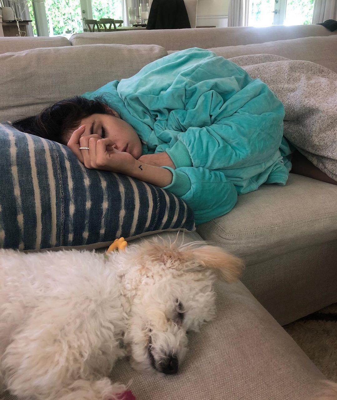 selena-gomez-dormida-junto-a-su-perro