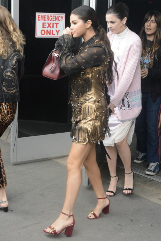 El vestido dorado de Selena Gómez con el que impactó a todos en NYFW