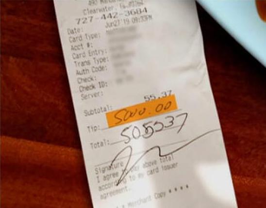 Fotografía del ticket en donde Serina dejó 5 mil dólares de propina con la tarjeta de su novio.
