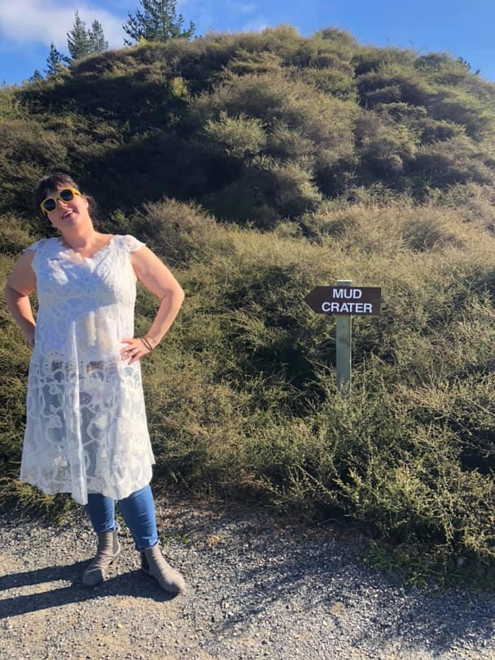 tammy-hall-con-su-vestido-de boda-en-mud-crater.australia