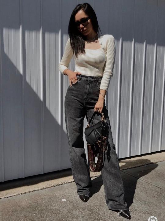 Mujer usando unos jeans rectos