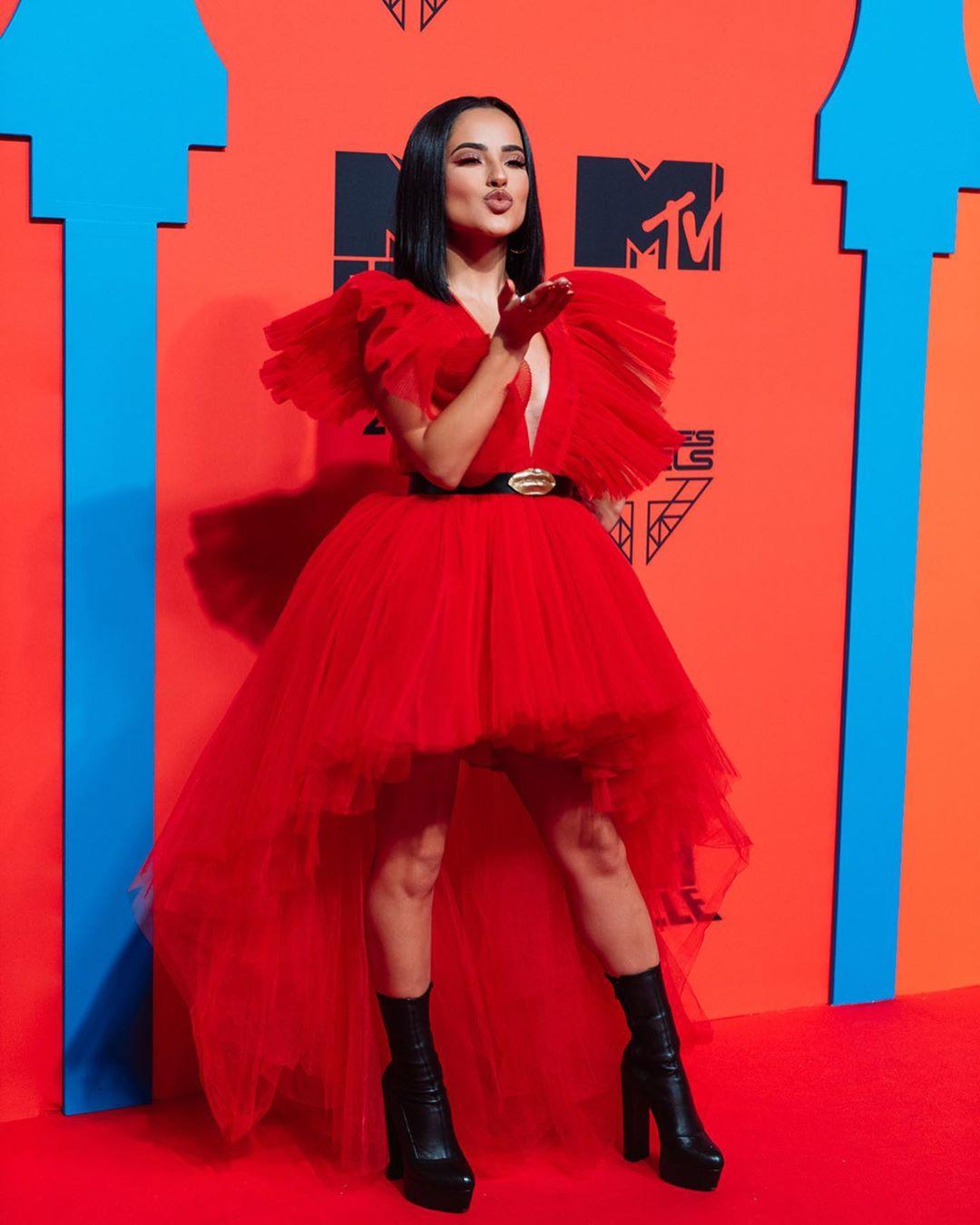 Becky G en los premios MTV utilizando el vestido de Giambattista Valli.