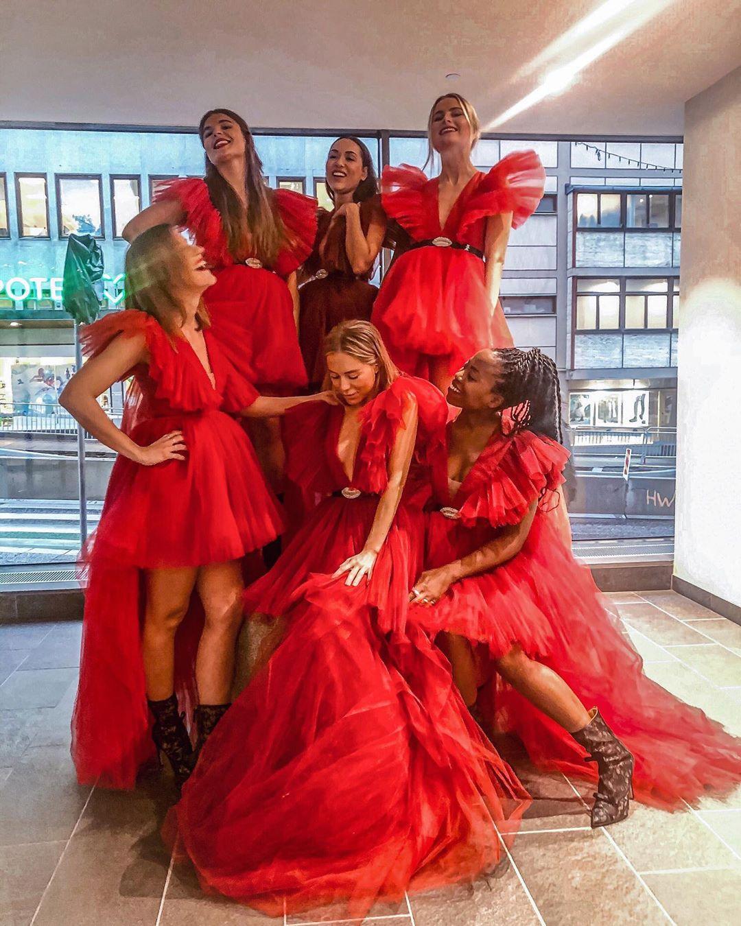 Seis mujeres utilizan el mismo vestido rojo.