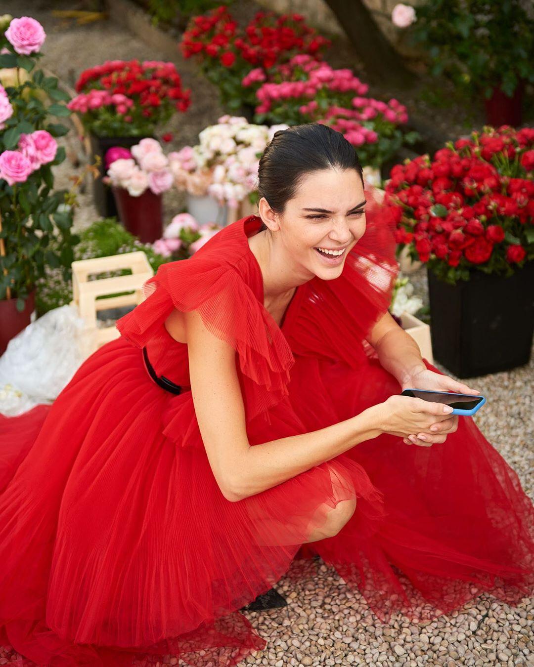 Kendall Jenner utilizando el mismo vestido rojo que Belinda durante el lanzamiento de la colección.