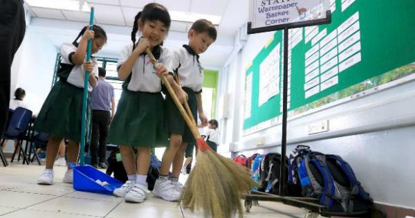 Los niños japoneses barren y limpian los baños de su escuela desde pequeños