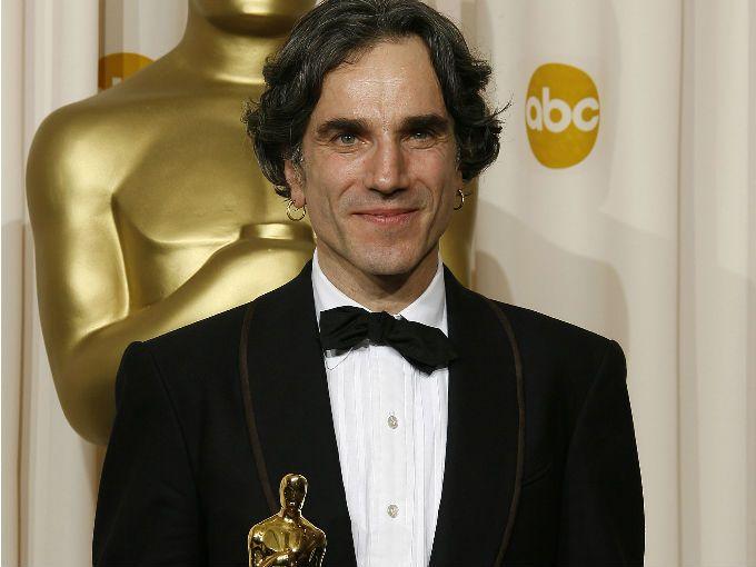 Nació en Irlanda y tiene 2 premios Oscar; el primero en 1989 por Mi pie izquierdo y el segundo en 2007 por la película There Will Be Blood.