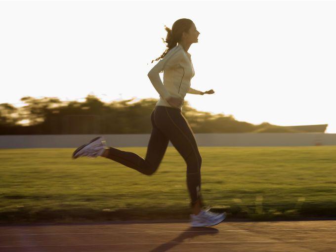 Hacer ejercicio cardiovascular ayudará a que pierdas grasa del estómago.