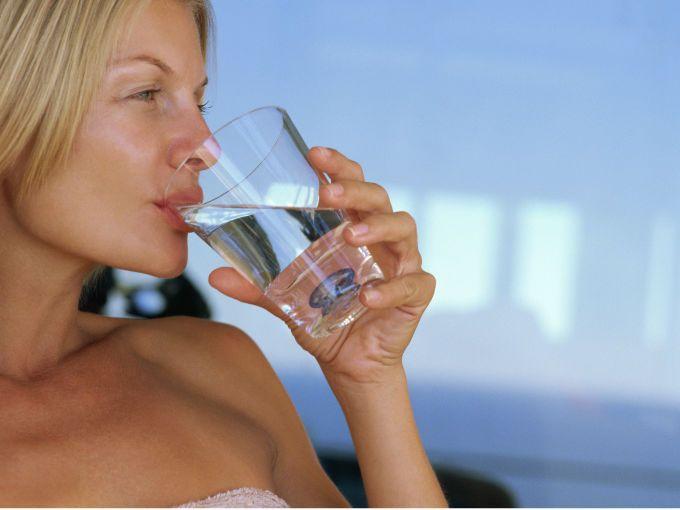 Ingiere un vaso de agua antes de los alimento, ayudará a sentirte llena más rápido y comerás menos.