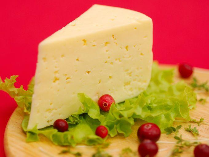 El queso, al provenir de la leche, también tiene una carga hormonal.