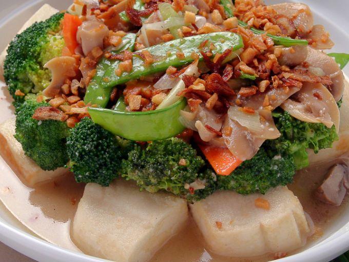 De acuerdo con el Instituto Nacional de Salud de Estados Unidos, los nutrientes parecidos al estrógeno de la soya podrían influenciar los niveles de hormonas reproductivas en el cuerpo. El tofu es uno de los alimentos con mayor concentración.