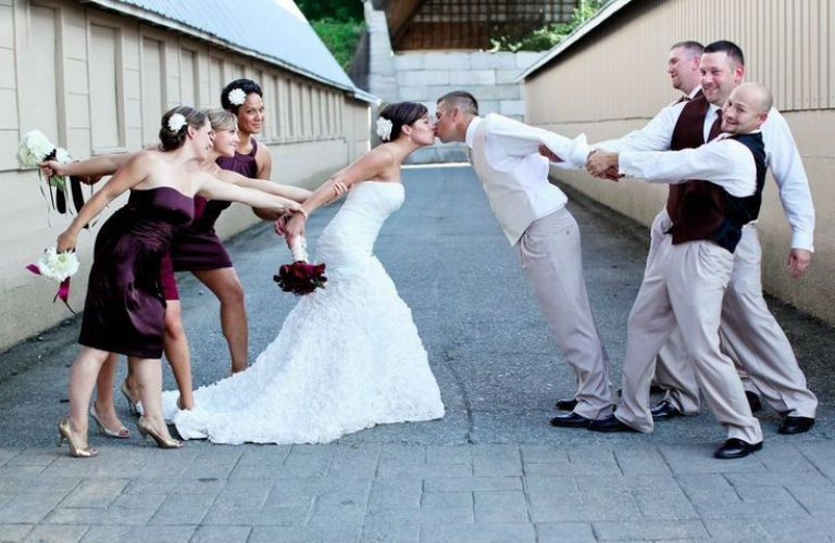 Ideas de fotos originales para tomarte con tus amigos en tu boda