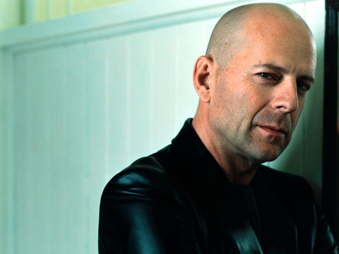 Bruce Willis tiene la reputación de tratar de dirigir películas en las que actúa, y esto lo vuelve un actor complicado con quien trabajar. Kenvin Smith, director de Cop Out, comentó que trabajar con él le mata el espíritu.